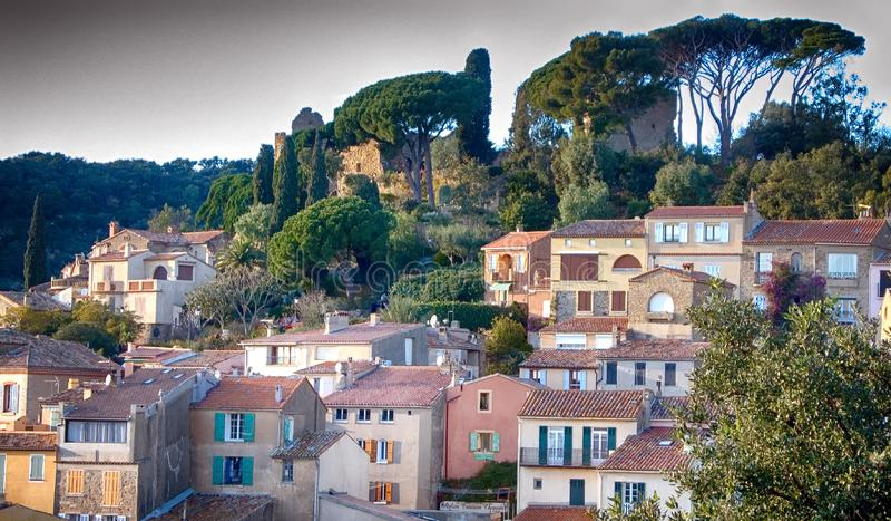 Ett franskt landskap med byggnader som omges av träd arkivfoto