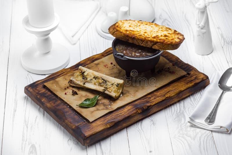 Ett franskt rostat bröd med en doppa sås royaltyfria bilder