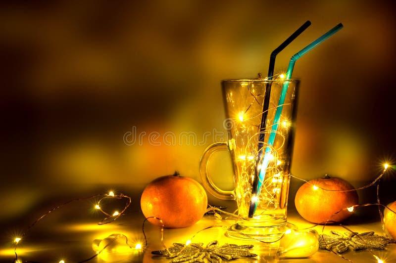 Ett funderat vinexponeringsglas med magiska ljus i det arkivbild