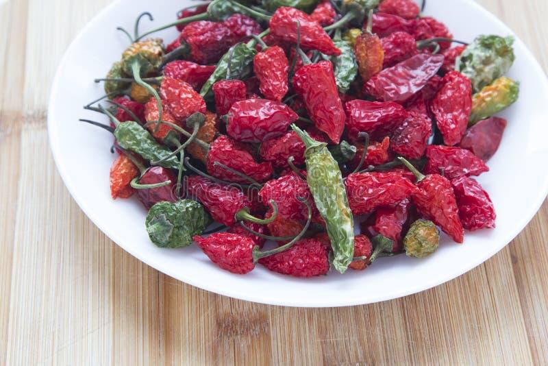 Ett gäng torra röda chilipaprikor arkivbild