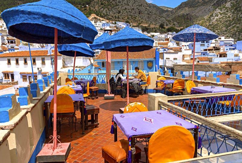 Ett galet kafé i den härliga staden av Chefchaouen, Marocko _ royaltyfri foto