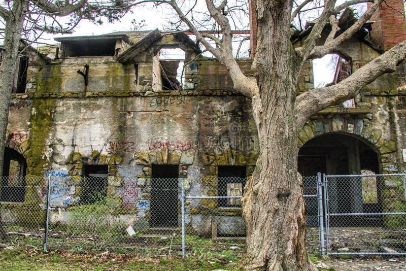 Ett gammalt övergett tegelstenhus royaltyfria foton