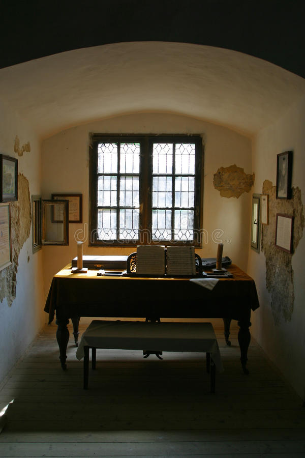 Ett gammalt dammigt piano fotografering för bildbyråer