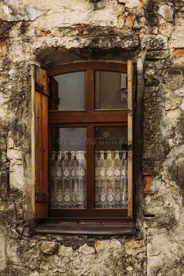 Ett gammalt fönster med öppna slutare i ett gammalt hus royaltyfri fotografi