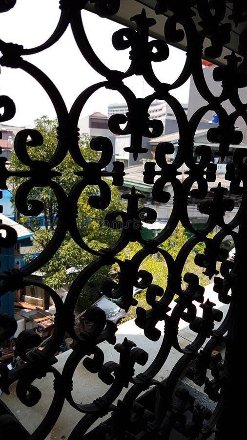 Ett gammalt fönster till den nya världen royaltyfri bild