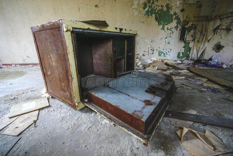 Ett gammalt förstört kassaskåp i ett övergett gammalt hus royaltyfri foto