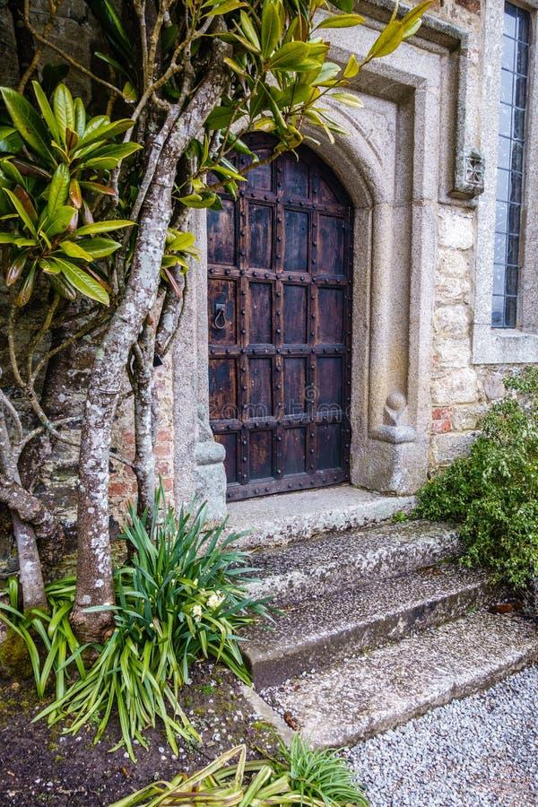Ett gammalt, historisk byggnad med massiva dekorativa trädörrar fotografering för bildbyråer