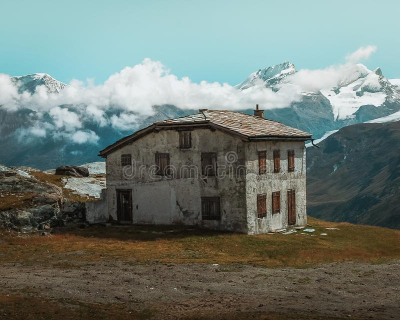 Ett gammalt hus i fjällängarna arkivbilder