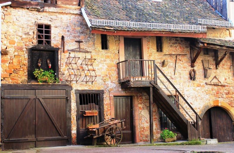Ett gammalt hus som göras av tegelstenar och trä i Colmar, Alsace, Frankrike royaltyfria foton