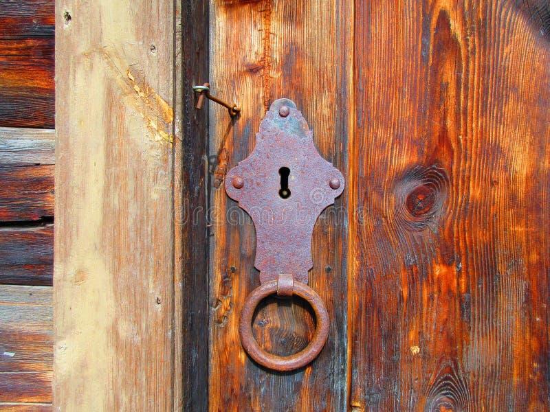 Ett gammalt lås i en gammal dörr på ett magasin arkivfoton