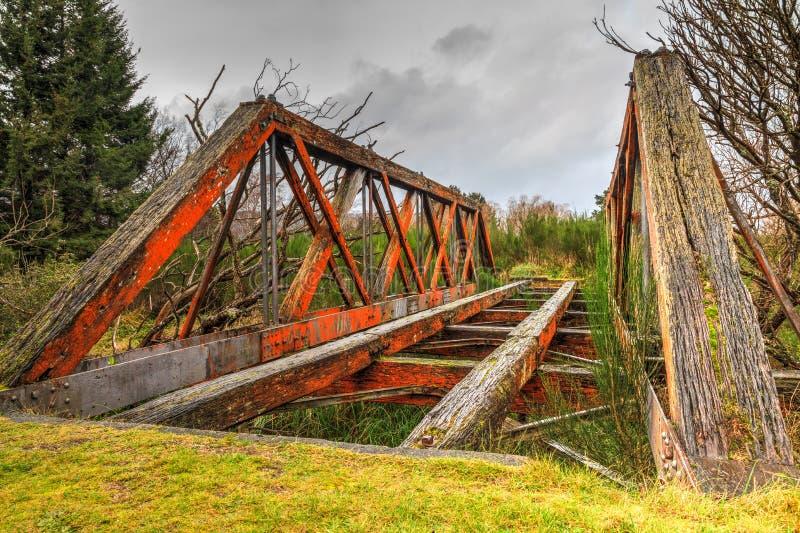 Ett gammalt och att smula träjärnvägsbron royaltyfria foton
