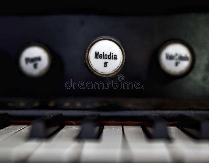 Ett gammalt piano arkivbilder