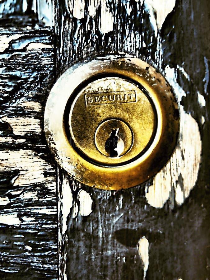 Ett gammalt rostigt dörrlås som är fängslande med en kombination av färger tillsammans med rost, bakgrunder, abstrakt begrepp royaltyfria foton