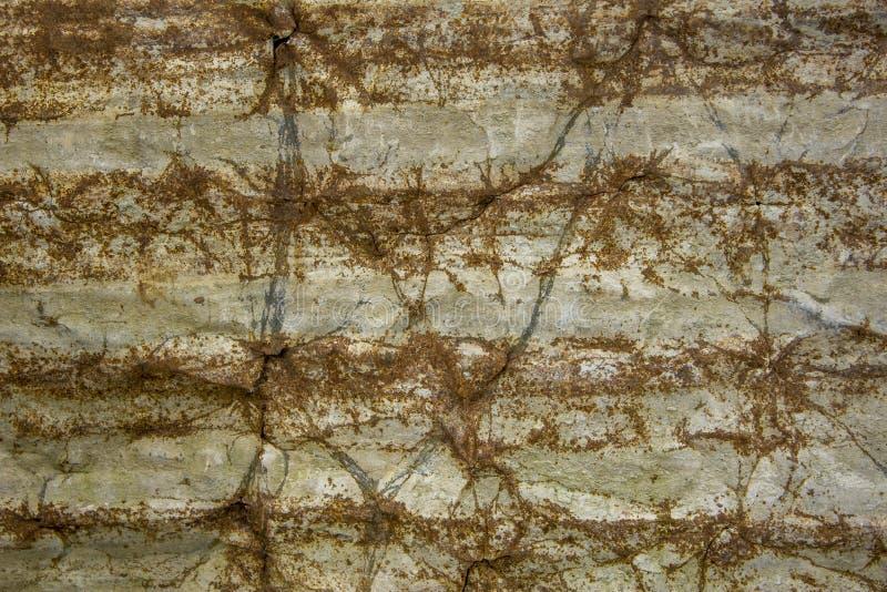 Ett gammalt skrynkligt och rostigt ark av metall med horisontallinjer ungefärlig textur arkivbilder