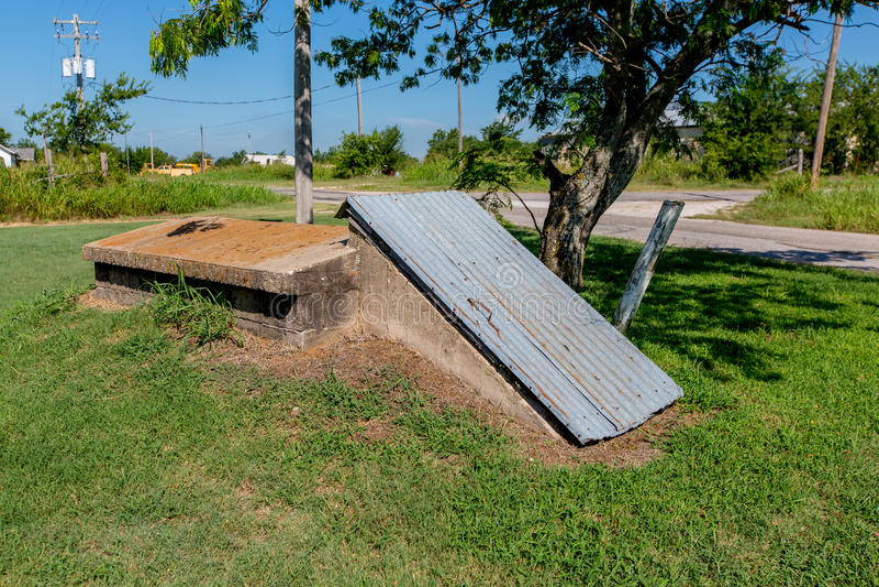 Ett gammalt skydd för stormkällare eller trombi lantliga Oklahoma. fotografering för bildbyråer