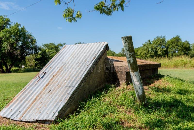 Ett gammalt skydd för stormkällare eller trombi lantliga Oklahoma. royaltyfri fotografi