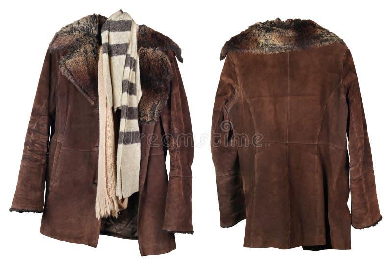 Ett gammalt slitet kvinnligt pälslag och woolen scarves hänger på en hängare royaltyfri bild