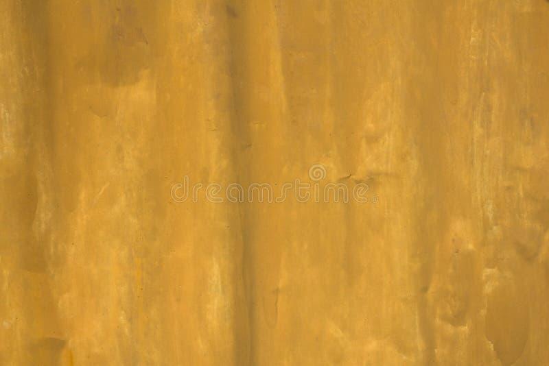Ett gammalt smutsigt skrynkligt ark för gul metall Textur för grov yttersida royaltyfria bilder