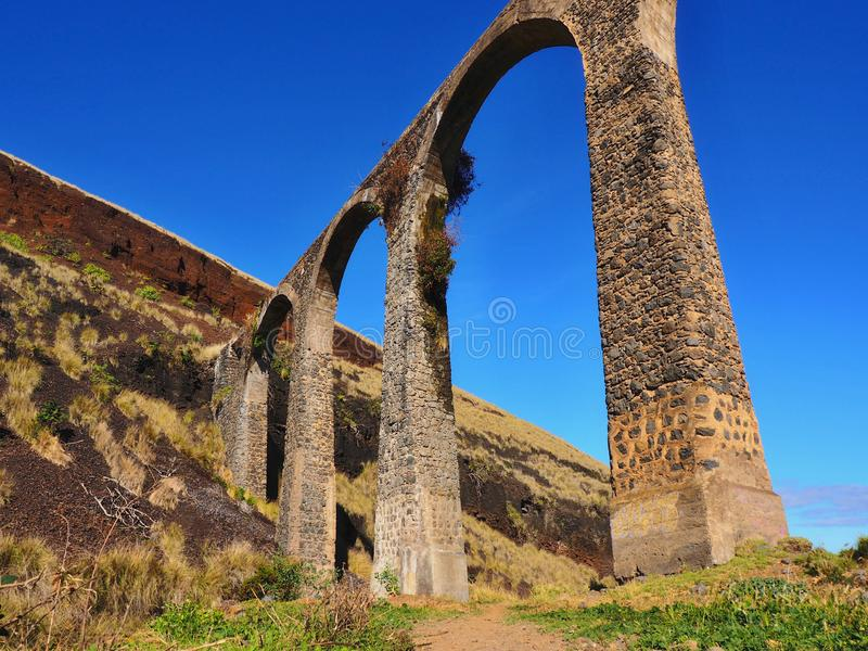 Ett gammalt stenar viadukten för vattenförsörjning som skapas på Tenerife i Puerto de la Cruz arkivbild