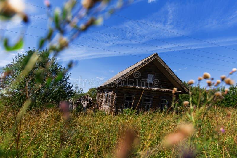 Ett gammalt trähus i en rysk by på sommar Natur royaltyfri bild