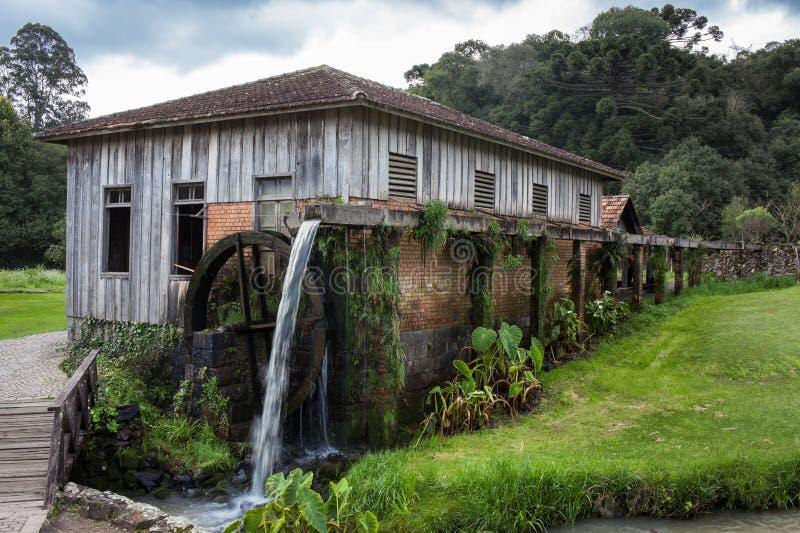 Ett gammalt trähus med vattenhjulet på Rio Grande do Sul arkivbild