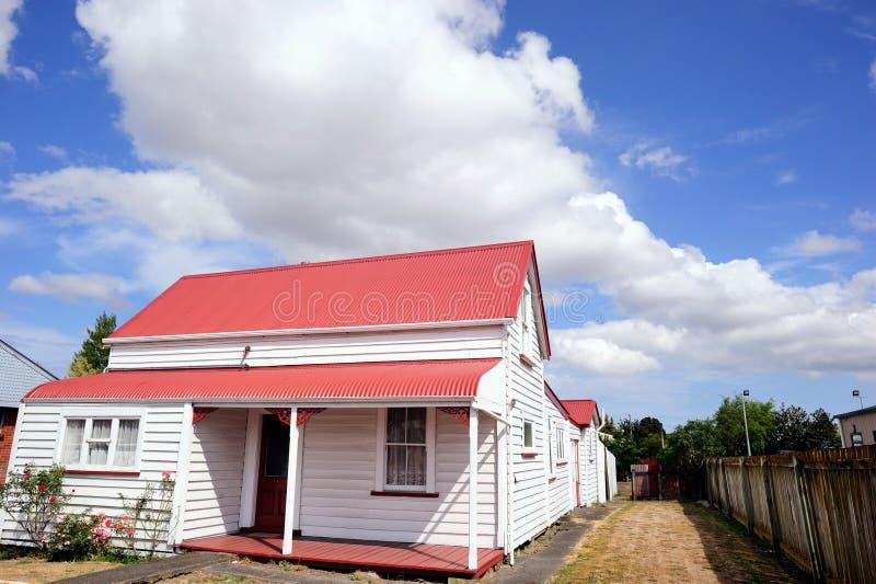 Ett gammalt vitt trähus i Nya Zeeland royaltyfria bilder