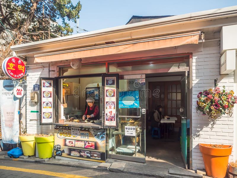 Ett gatakafé och restaurang runt om stad av Seoul, Korea royaltyfri bild
