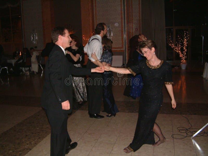 Ett gift par tycker om att dansa på en dansställe arkivfoton
