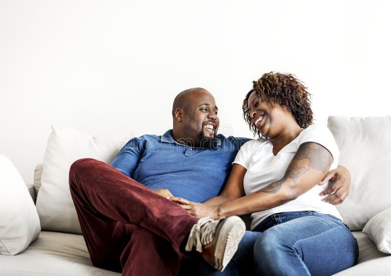 Ett gladlynt svart par som har en bra tid tillsammans royaltyfria foton