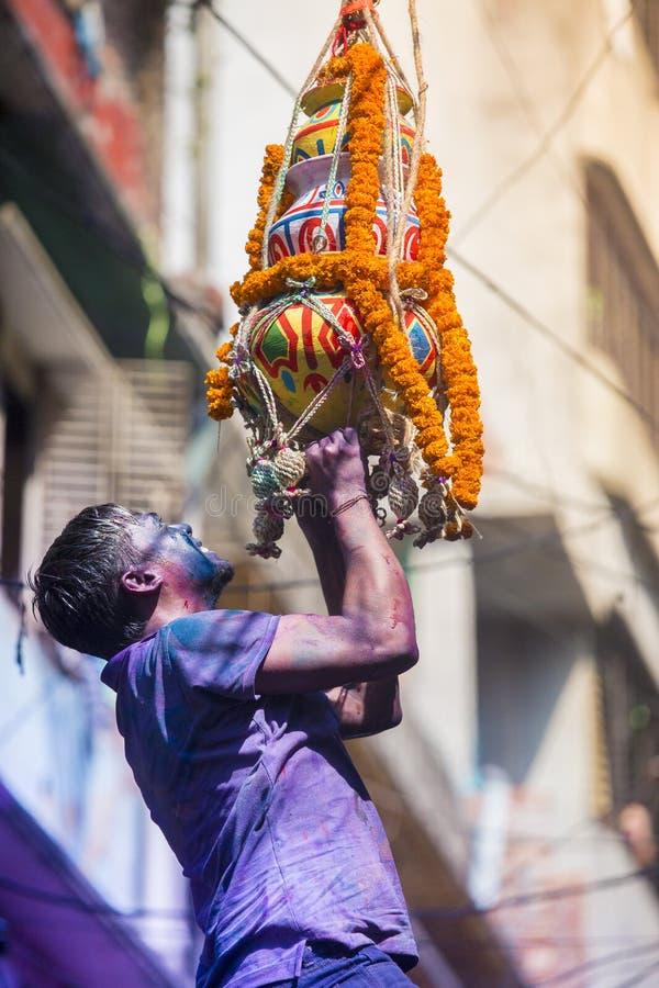 Ett glat ögonblick av holien festivalen av färger i den Shakhari bazaren, Dhaka, Bangladesh royaltyfri bild