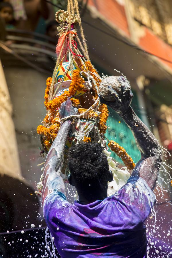 Ett glat ögonblick av holien festivalen av färger i den Shakhari bazaren, Dhaka, Bangladesh royaltyfri foto