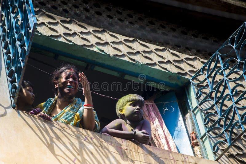 Ett glat ögonblick av holien festivalen av färger i den Shakhari bazaren, Dhaka, Bangladesh arkivfoton
