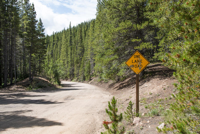Ett grändvägmärke i bergen royaltyfri fotografi