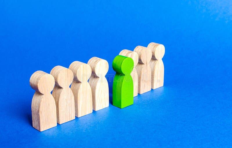 Ett grönt diagram person kommer ut ur folklinje Timme söker efter nya anställda, val bland kandidater En passande kandidat arkivfoton