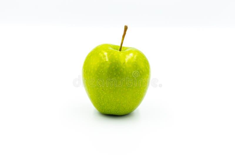 Ett gr?nt ?pple p? en vit bakgrund arkivfoto