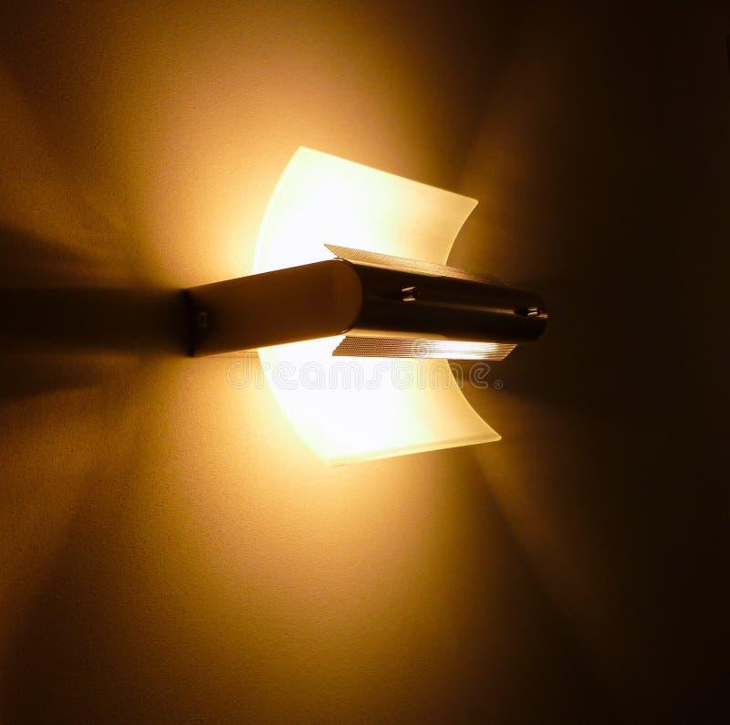 Ett härligt designljus på väggen royaltyfri fotografi