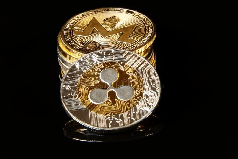 Ett härligt guld- - försilvra krusningen på den svarta bakgrunden royaltyfri bild