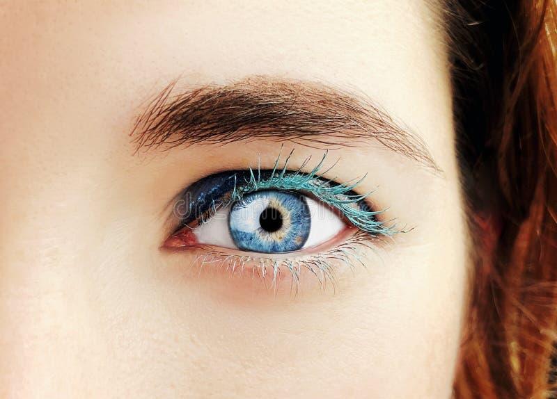 Ett härligt insiktsfullt öga för blickkvinna` s Slut som skjutas upp arkivfoto