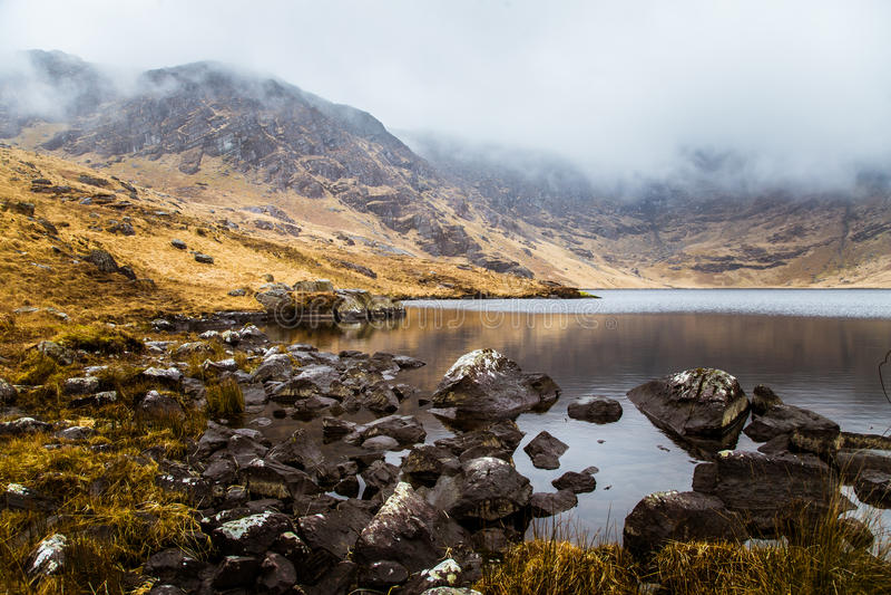 Ett härligt irländskt berglandskap med en sjö i vår royaltyfri fotografi