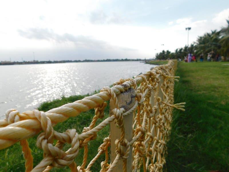 Ett härligt landskap av en natur med flodbanken på sidan royaltyfri foto