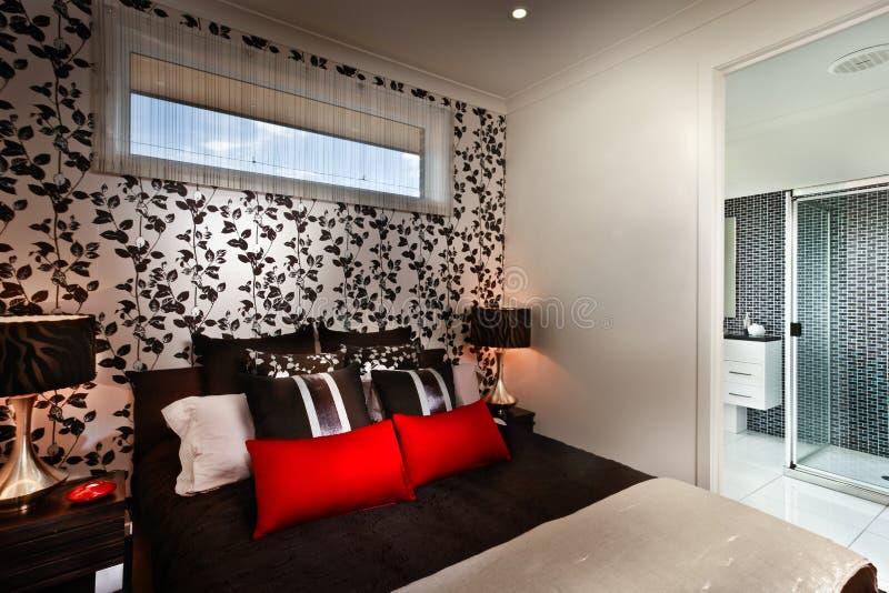 Ett härligt romantiskt sovrum med mång- färgkuddar och att arkivbild