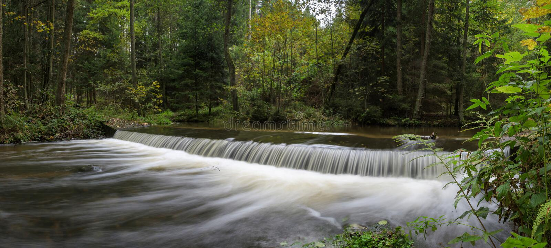Ett härligt skott av flödande en fort vattenfall royaltyfria bilder