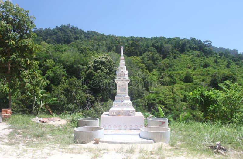 Ett härligt vitt hus av andar i form av snidit torn på bergvägen till och med djungeln i Koh Samui i Thailand royaltyfri foto