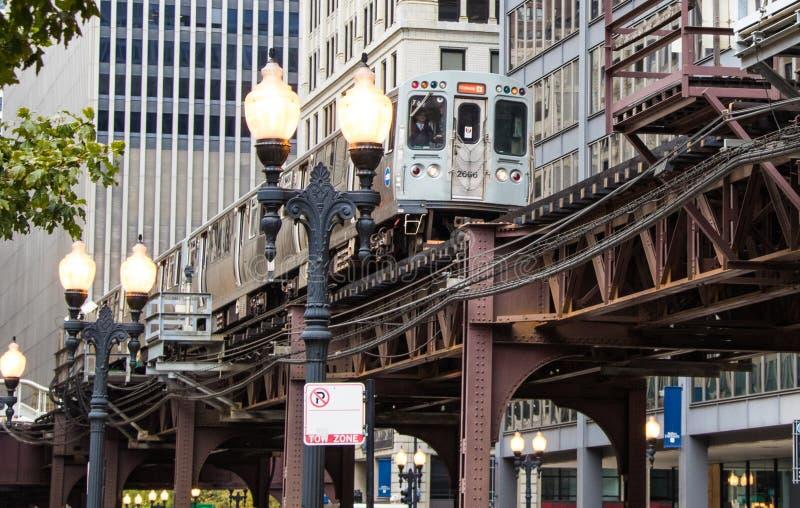 Ett högstämt gångtunneldrev i Chicago royaltyfri fotografi