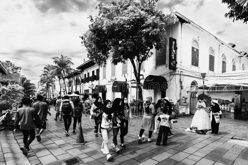 Ett hörn av gammalt stadsturismområde/Kawasan Wisata Kota Tua, byggnaderna konverterades till kafét och restoen, svartvit imag arkivfoto