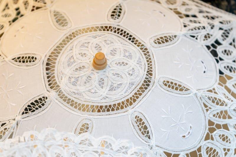 Ett handgjort handgjort vitt paraply artfully arkivbilder