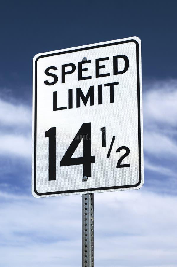 Ett hastighetsbegränsningtecken för 14-1/2 mph royaltyfria bilder