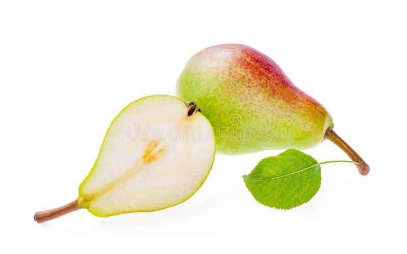 Ett helt rött grönt päron med bladet som isoleras på vit och halva arkivbild