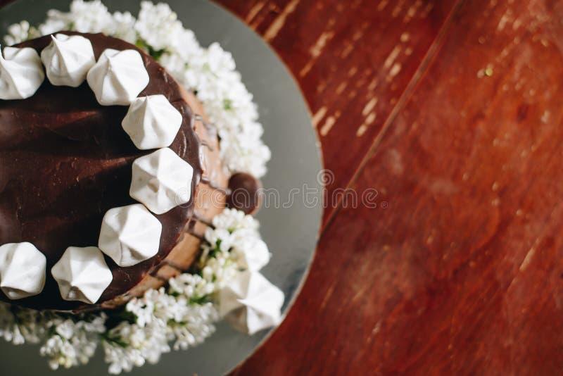 Ett hem som göras kaka som täckas av choklad arkivbilder