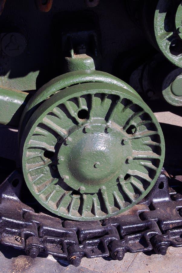 Ett hjul av den gamla militära maskinen royaltyfri fotografi